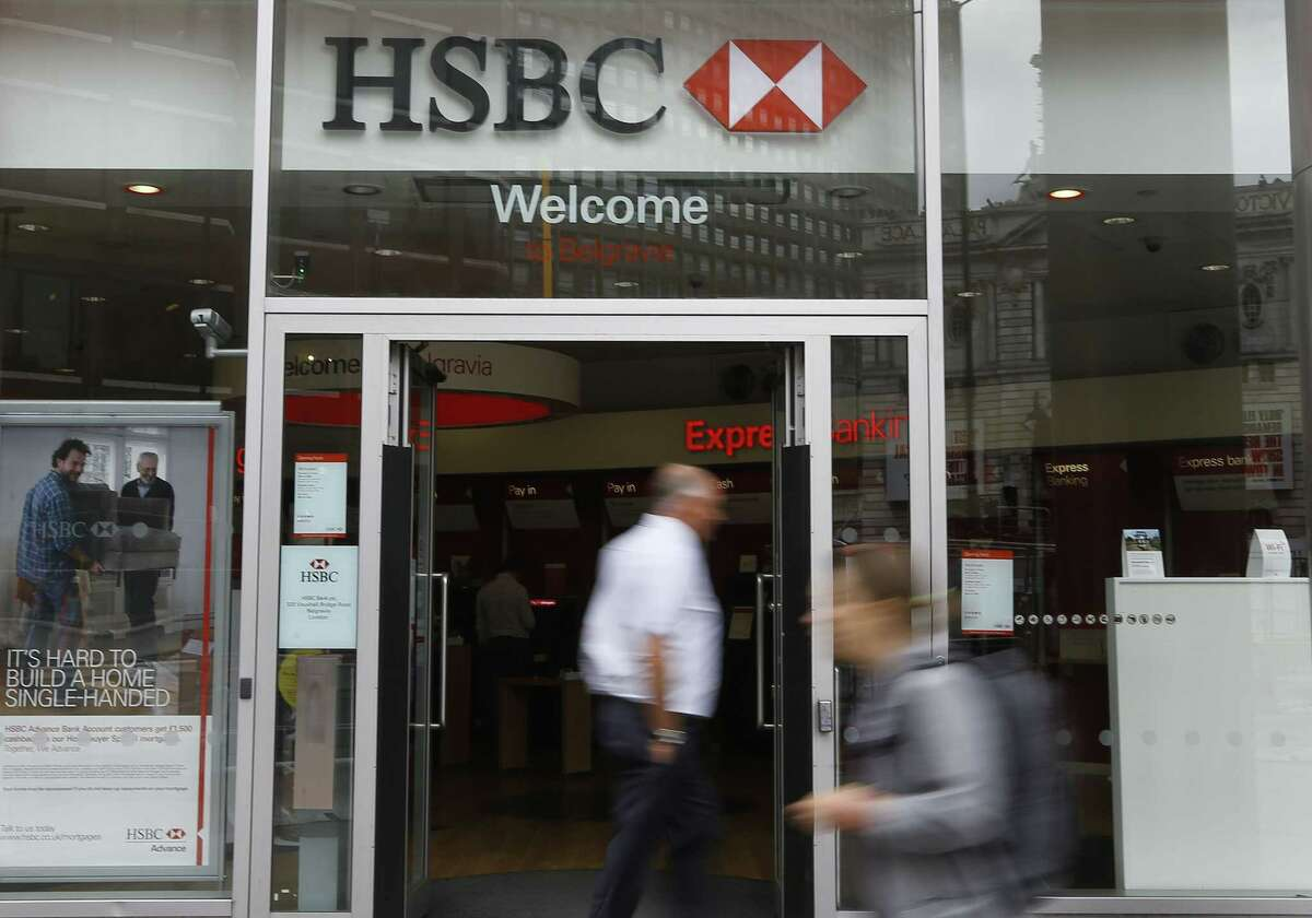 Pedestrians pass a branch of HSBC in London on June 9, 2015. HSBC Holdings, Britain's largest bank by market value, will cut between 22,000 and 25,000 jobs around the world in an attempt to reduce costs and shift its center of gravity back towards fast-growing Asian economies.