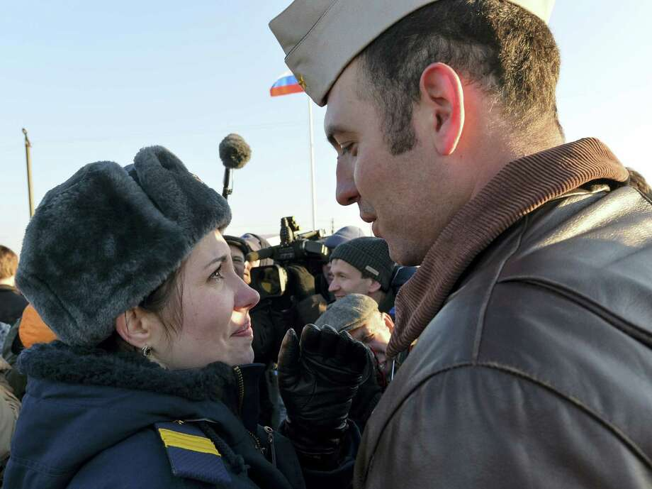 A woman greets a pilot returned from Syria at a Russian air base in Primorsko-Akhtarsk, southern Russia, Wednesday. Photo: THE ASSOCIATED PRESS  / AP