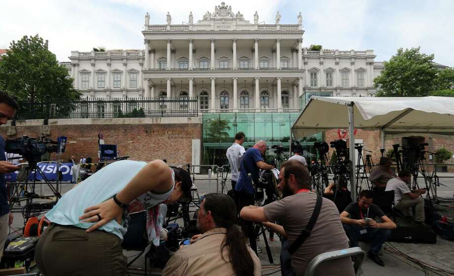 Journalists wait in front of Palais Coburg where closed-door nuclear talks with Iran take place in Vienna, Austria on July 6, 2015. Photo: AP Photo/Ronald Zak  / AP
