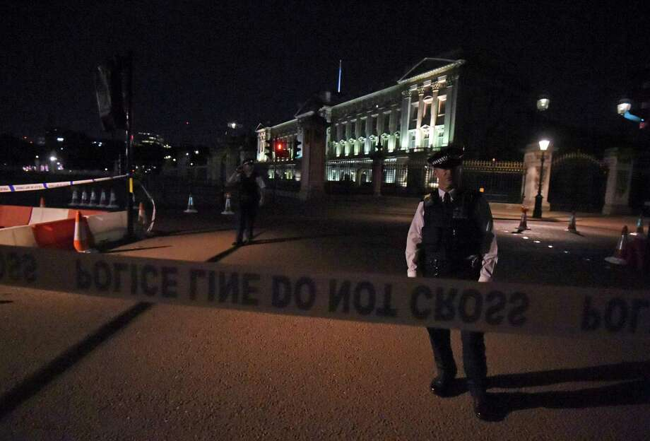 A police cordon outside Buckingham Palace where a man has been arrested after an incident, in London, Friday Aug.  25, 2017. A man armed with a knife was detained outside London's Buckingham Palace Friday evening, and two police officers were injured while arresting him, police said. (Lauren Hurley/PA via AP) Photo: Lauren Hurley, SUB / PA