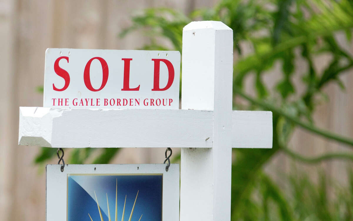 """FILE - In this July 22, 2015, file photo, a """"sold"""" sign is posted outside a Harbor Beach neighborhood home in Fort Lauderdale, Fla. U.S. home prices rose in September from a year earlier at the fastest pace in 13 months as a lack of houses for sale has forced buyers to bid up available properties, according to Standard & Poor's/Case-Shiller 20-city home price index released Tuesday, Nov. 24, 2015."""