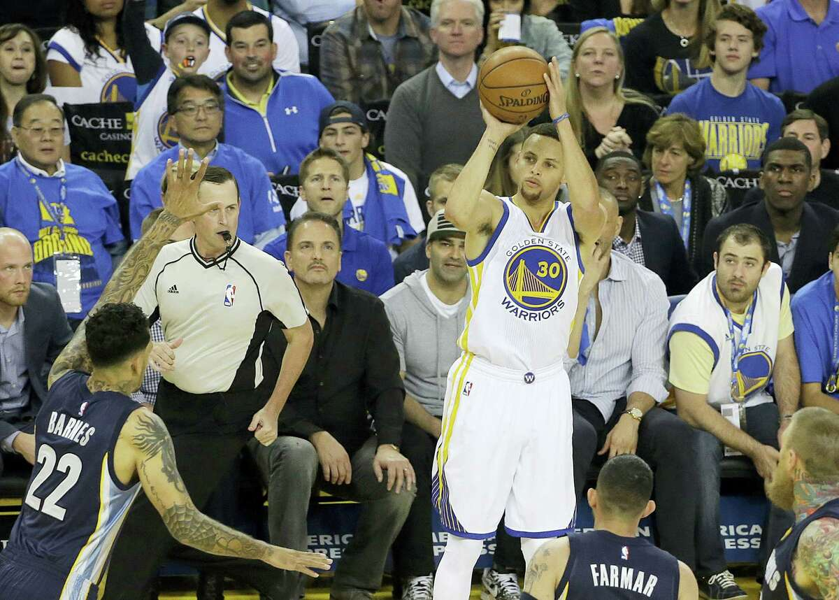 Golden State Warriors guard Stephen Curry (30) shoots a three point basket during the first half of an NBA basketball game against the Memphis Grizzlies in Oakland, Calif. on April 13, 2016.