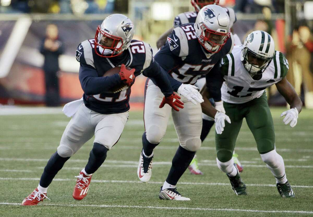 Patriots cornerback Malcolm Butler (21) runs with the ball after intercepting a pass against the Jets on Saturday.