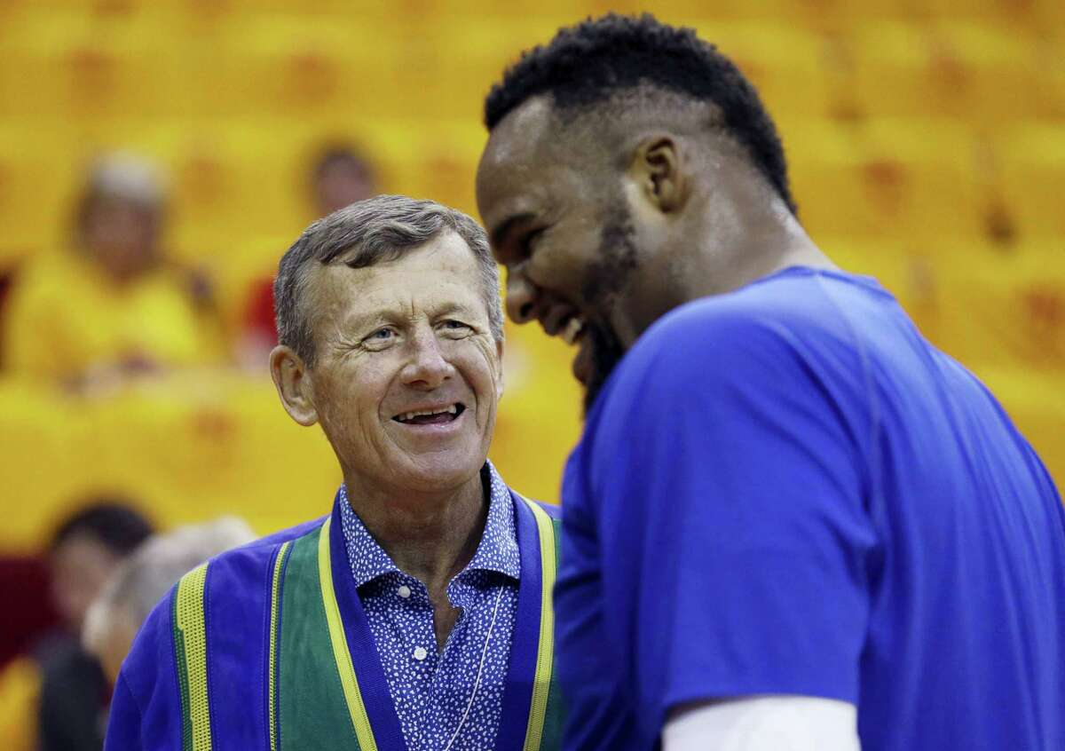 Craig Sager, left, talks with the Clippers' Glen Davis prior to Game 5 of the Western Conference semifinals in Houston in 2015.