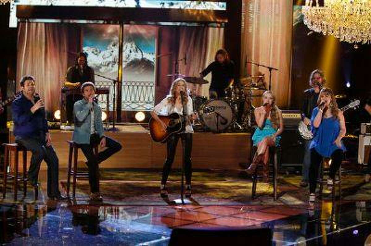 (l-r) Zach Swon, Colton Swon of The Swon Brothers, Sheryl Crow, Danielle Bradbery and Holly Tucker during 'The Voice' on Tuesday, May 28, 2013. (Tyler Golden/NBC)