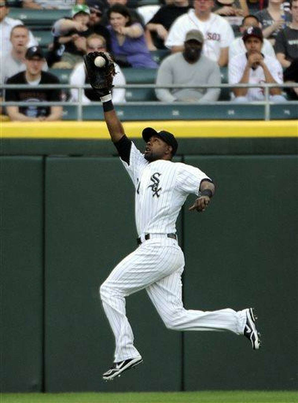Chicago White Sox center fielder Alejandro De Aza makes a leaping catch on a ball hit by Boston Red Sox's Jacoby Ellsbury during the first inning of a baseball game,Tuesday, May 21, 2013 in Chicago. (AP Photo/David Banks)