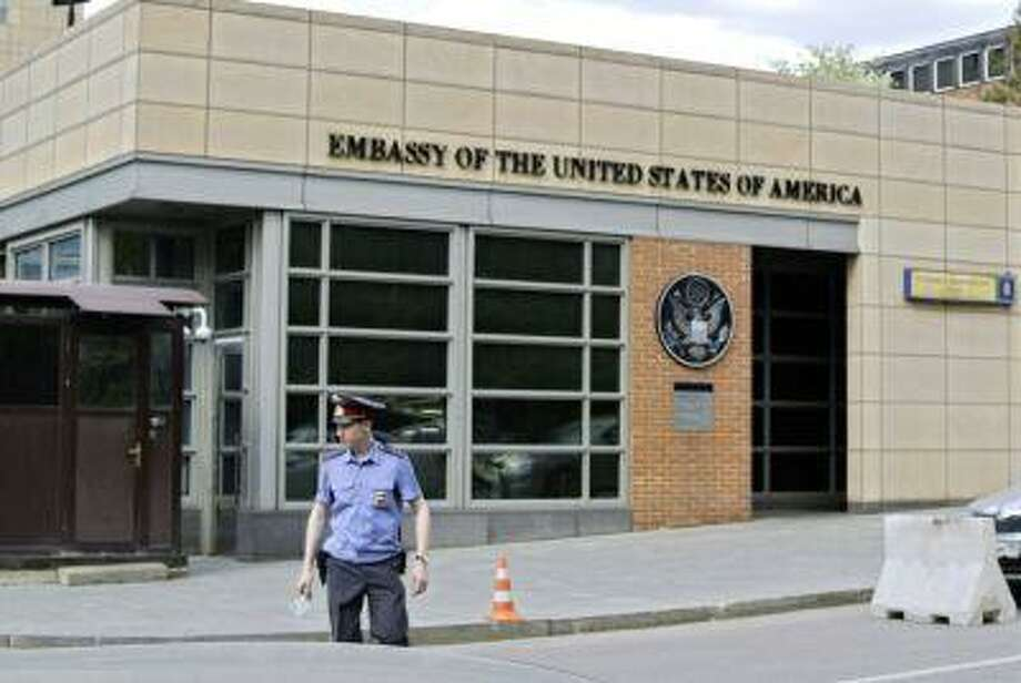 A Russian policeman stands in front of an entrance of the U.S. Embassy in the background in downtown Moscow May 14. Photo: AP / AP