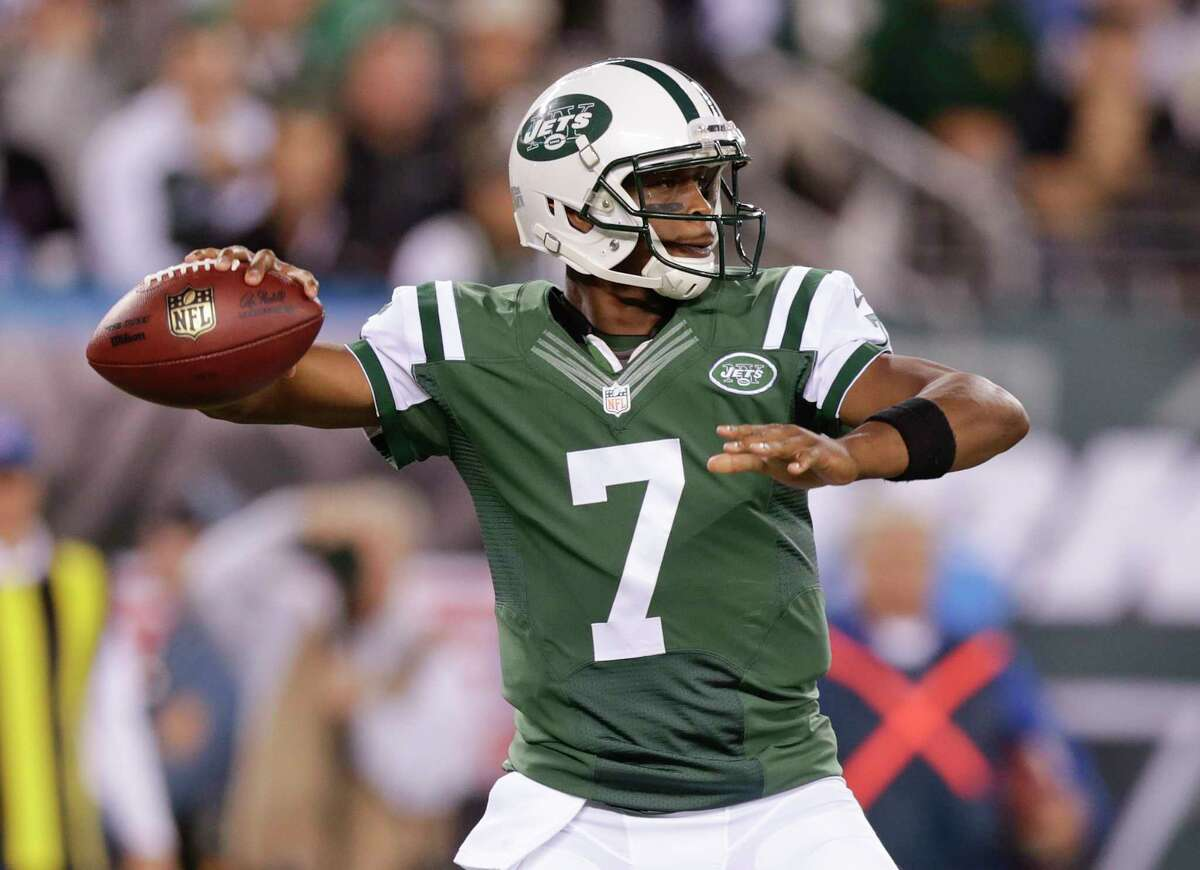 New York Jets quarterback Geno Smith throws against the Chicago Bears during the first quarter of Monday's game in East Rutherford, N.J.