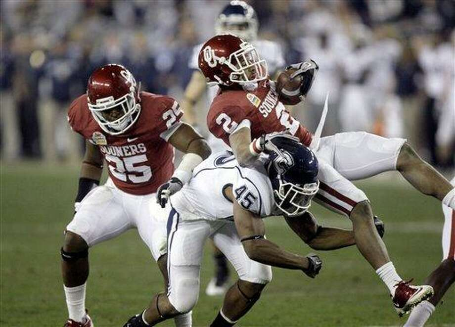 Connecticut's Martin Hyppolite (45) against Oklahoma's Trey Franls (2) and Corey Nelson (25) in the Fiesta Bowl  NCAA football game Saturday, Jan. 1, 2011, in Glendale, Ariz. (AP Photo/Paul Connors) Photo: ASSOCIATED PRESS / UPI2011