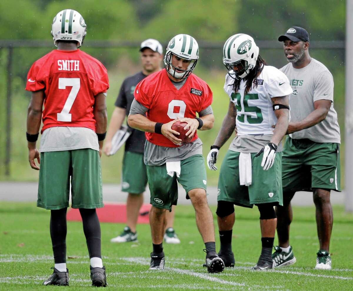 Quarterback Brady Quinn (9) runs with the ball as quarterback Geno Smith (7) and running back Alex Green (25) look on during New York Jets practice in Florham Park, N.J., on Monday.