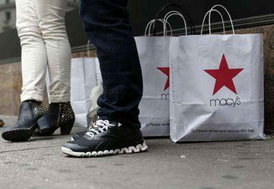 Customers stand outside Macy's store in New York, April 11, 2013. REUTERS/Brendan McDermid Photo: REUTERS / X90143