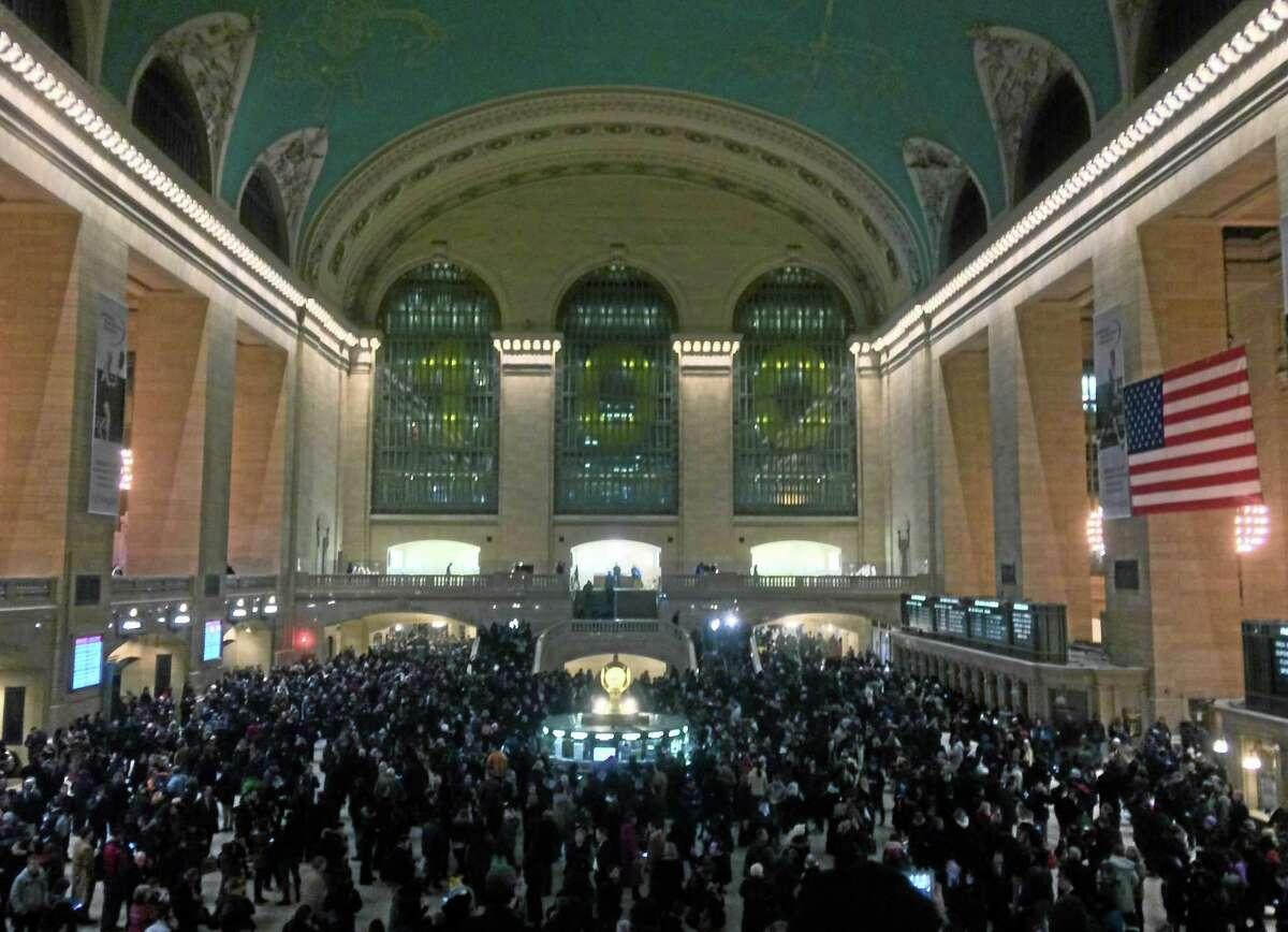 In this photo provided by Rolando Pujol, travelers crowd Grand Central Station in New York after a power problem with Metro-North Railroad's computer system caused the suspension of service on three lines, Thursday, Jan. 23, 2014. Metro-North is the nation's second-busiest railroad and serves 281,000 riders a day in New York and Connecticut. (AP Photo/PIX11 News, Rolando Pujol)