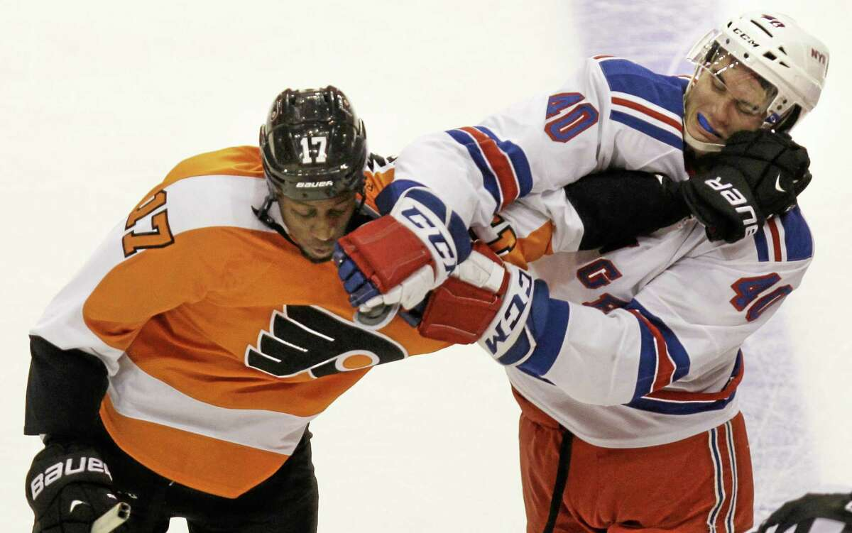 The Flyers' Wayne Simmonds and the Rangers' Brandon Mashinter fight in the second period Thursday.