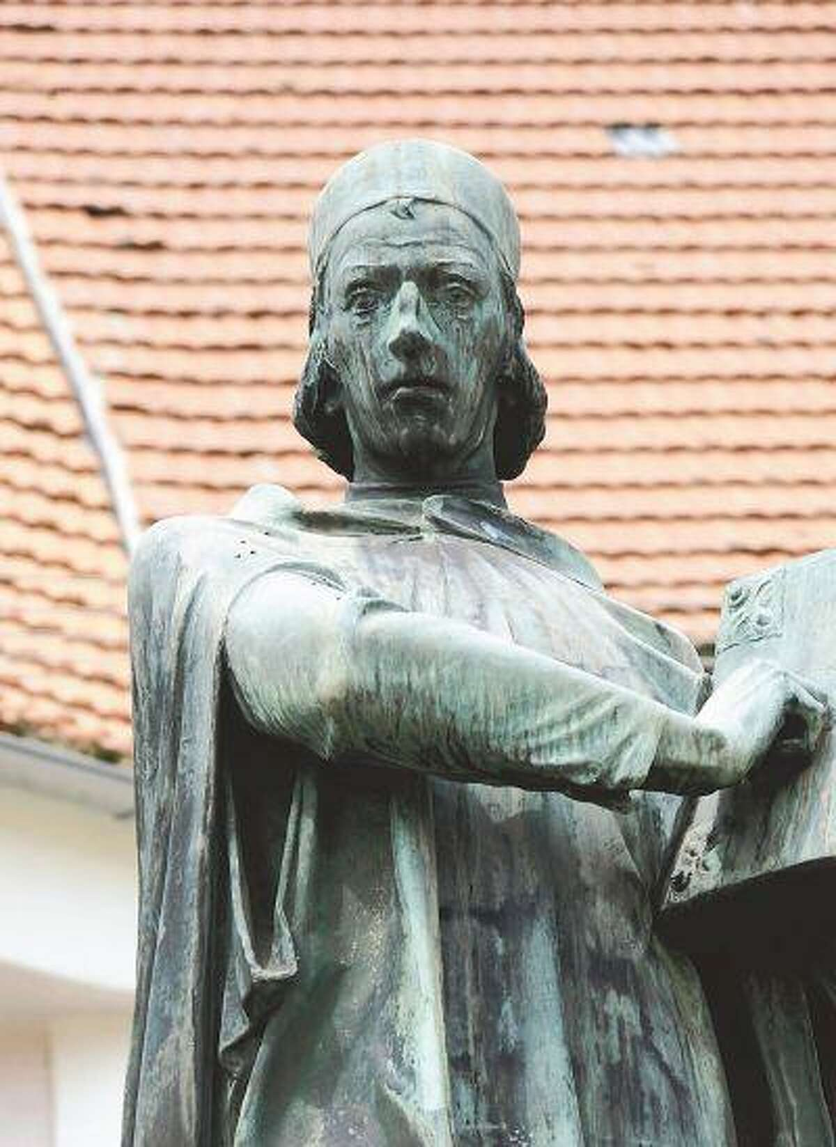 A bronze statue of Jan Hus in central Husinec; Hus pushed for reforms in the Catholic Church and was burned at the stake about 100 years before Martin Luther triggered church reform from Germany. (The Yomiuri Shimbun/June 19, 2013)
