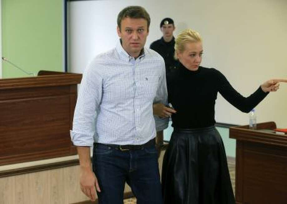 Russian opposition leader Alexei Navalny and his wife Yulia leave a court room in a Kirov court in Kirov, Russia, Oct. 16. Photo: AP / AP