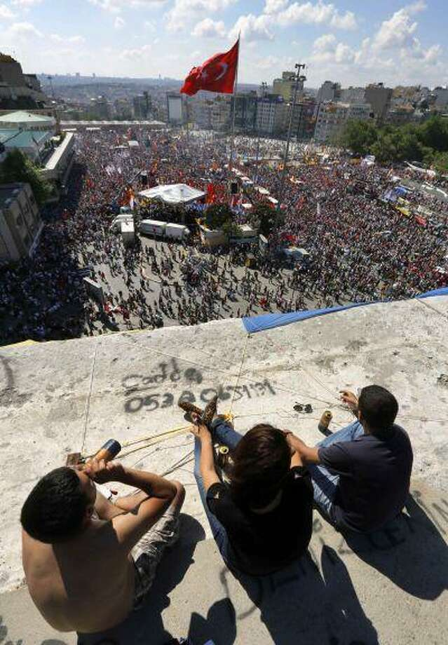 Anti-government protesters drink beer atop a building as thousands of protesters gather in Istanbul's Taksim square June 9, 2013. Photo: REUTERS / X00025