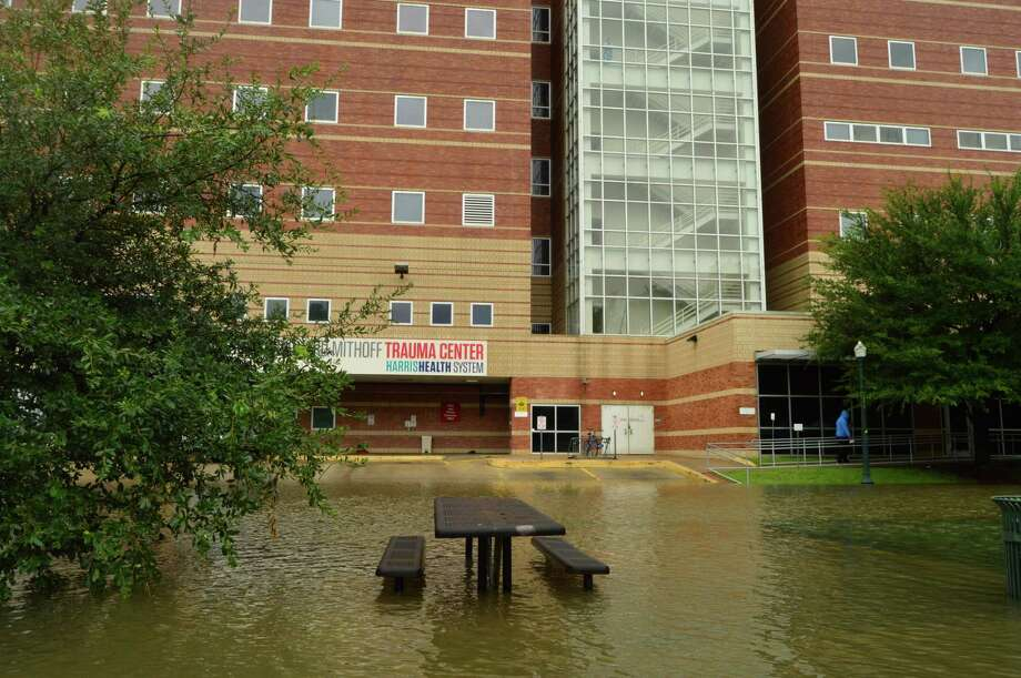 Floodwaters approach Houston's Ben Taub Hospital as workers prepare to evacuate patients due to Hurricane Harvey on Sunday, Aug. 27, 2017. Photo: Andrew Kragie, Houston Chronicle