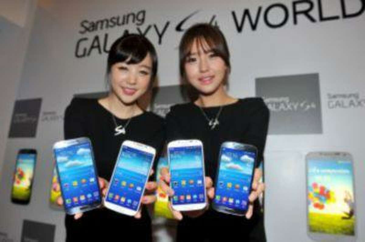 The new Galaxy S4 smartphone has helped the South Korean giant gain on US rival Apple.