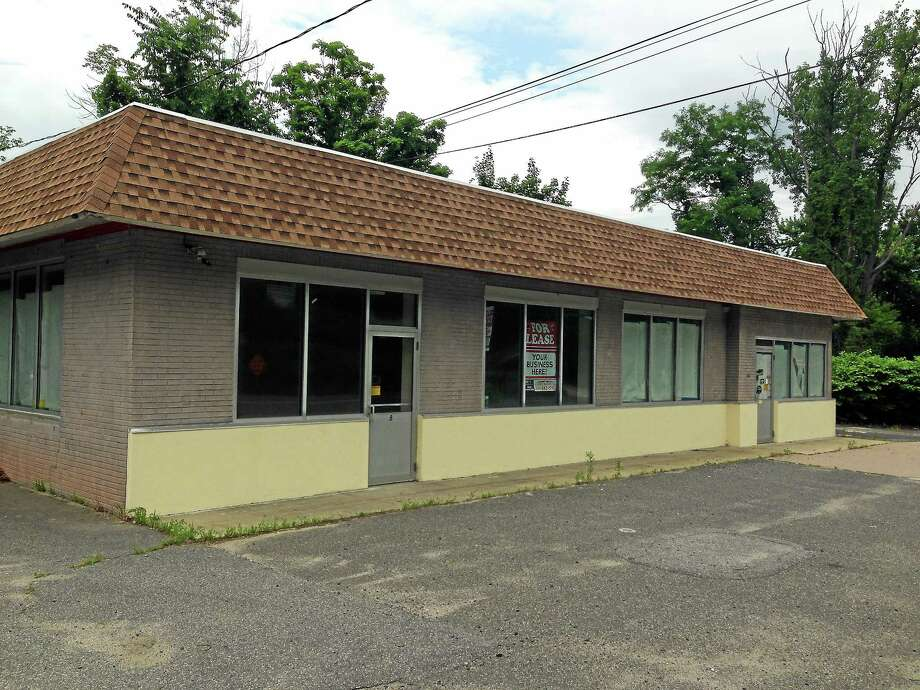 Primo 8 restaurant will occupy the vacant lot at 8 South Main St. in Winchester. Photo: Ryan Flynn — The Register Citizen
