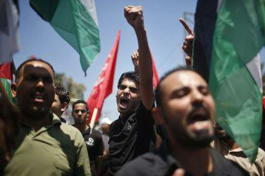 Palestinians chant slogans during a protest against resuming peace talks with Israel, in Gaza City July 28, 2013. Photo: REUTERS / X01571
