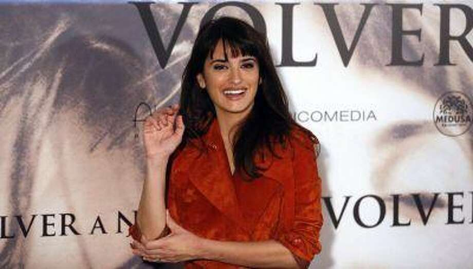 """Spanish actress Penelope Cruz gestures during a photocall to present her latest film """"Volver a nacer"""" (""""Twice Born"""") in Madrid January 10, 2013. REUTERS/Sergio Perez / X00213"""