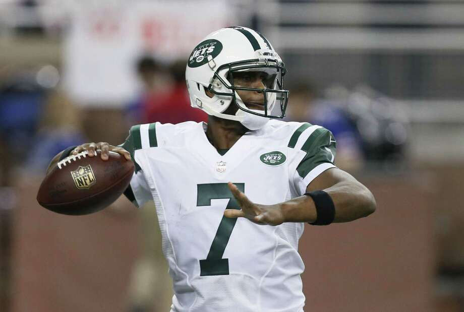 New York Jets quarterback Geno Smith throws a pass against the Buffalo Bills during Monday's game in Detroit. Photo: Paul Sancya — The Associated Press  / AP
