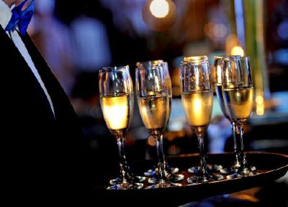 professional serving wine Photo: Getty Images/iStockphoto / iStockphoto