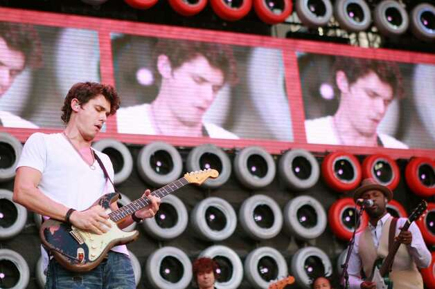EAST RUTHERFORD, NJ - JULY 07:  Musician John Mayer performs onstage during Live Earth New York at Giants Stadium on July 7, 2007 in East Rutherford, New Jersey.  (Photo by Evan Agostini/Getty Images) *** Local Caption *** John Mayer Photo: Evan Agostini, Getty Images / 2007 Getty Images