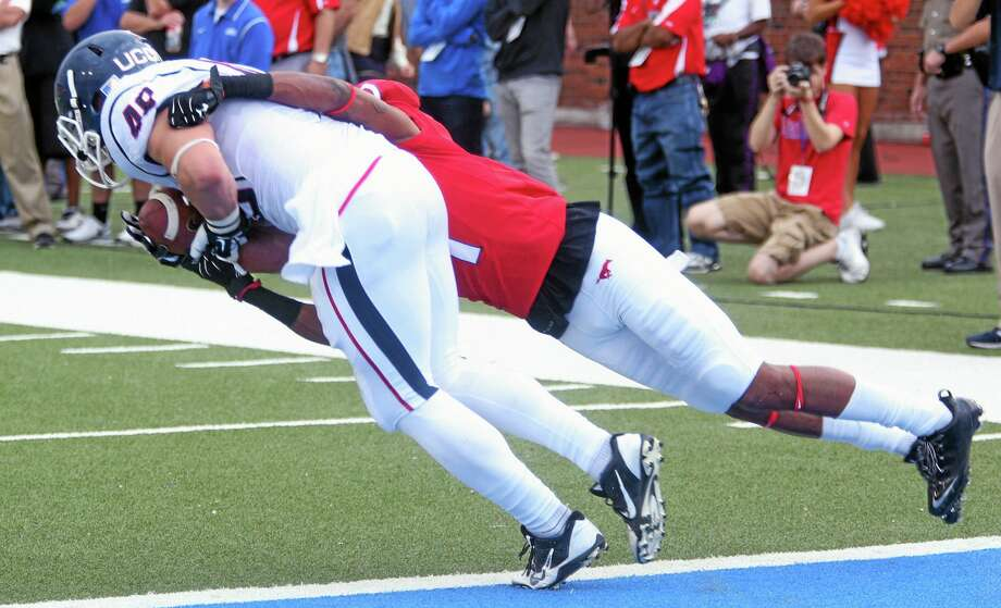 SMU's Chris Parks (1) cannot stop a touchdown reception by UConn's Sean McQuillan in the second half of Saturday's game. Photo: Ricky Moon — The Associated Press/The Dallas Morning News  / The Dallas Morning News
