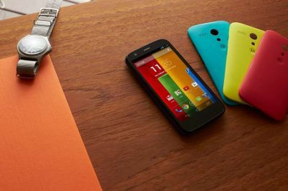 The handset offers 19 customization options, including interchangeable Motorola Shells and Flip Shells in seven colors as well as Grip Shells in five colors.