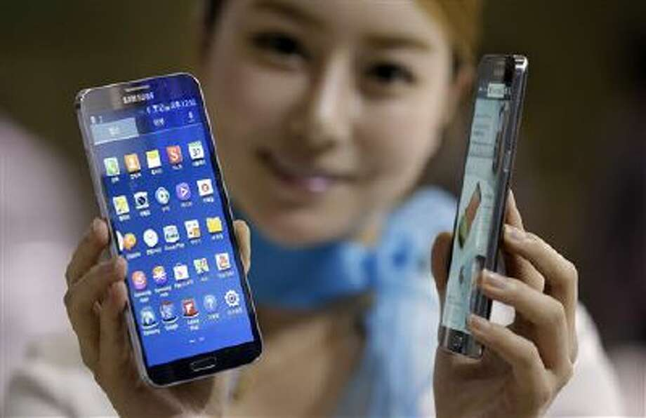 A model poses with Samsung Electronics' smartphones the Galaxy Round at Korea Electronics Show in South Korea. Photo: AP / AP