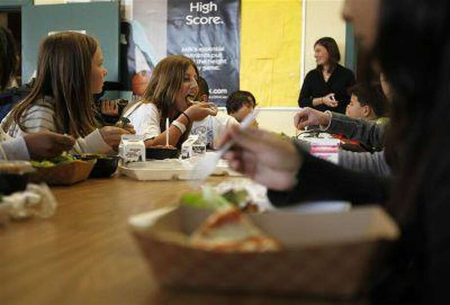 Students eat lunch in the cafeteria at a middle school in San Diego, California March 7, 2011. Photo: REUTERS / X00030
