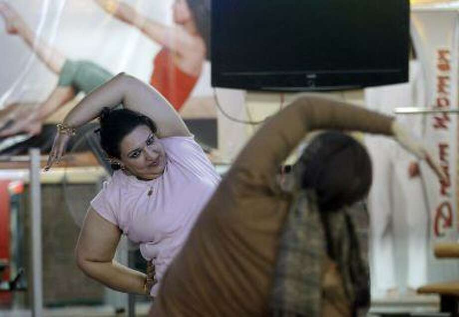 Women work out together at a gym. Photo: REUTERS / X90151