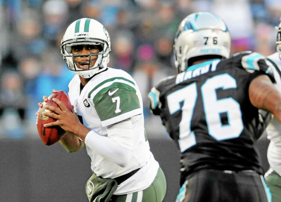 Already eliminated from the playoffs, quarterback Geno Smith and the Jets are still looking to finish the season on a positive note. Photo: Mike McCarn — The Associated Press  / FR34342 AP