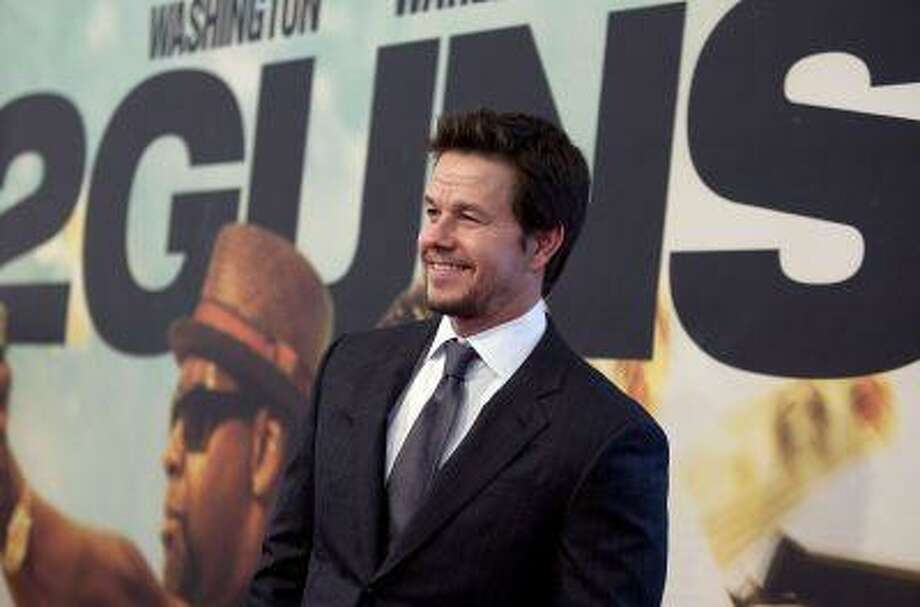 """Actor Mark Wahlberg arrives for the premiere of the movie """"2 Guns"""" in New York, July 29, 2013. Photo: REUTERS / X02452"""