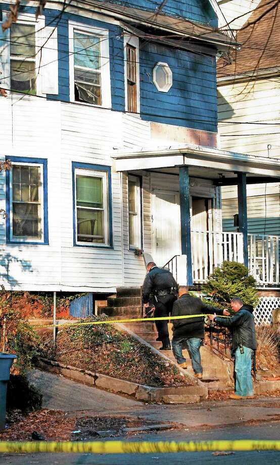 (Melanie Stengel — New Haven Register) Police officers prepare to enter a murdr scene on Harding Street in New Haven 12/07. Photo: Journal Register Co.