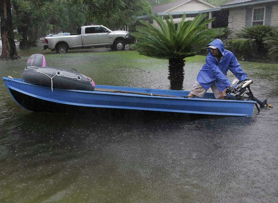A volunteer gets his boat ready as he his way down the street in the Melrose Park neighborhood in Houston as Tropical Storm Harvey inches its way through the area on Monday, Aug. 28, 2017.>>Here is a dramatic rescue during Tropical Storm Harvey in and around Houston... Photo: Elizabeth Conley, Houston Chronicle / © 2017 Houston Chronicle