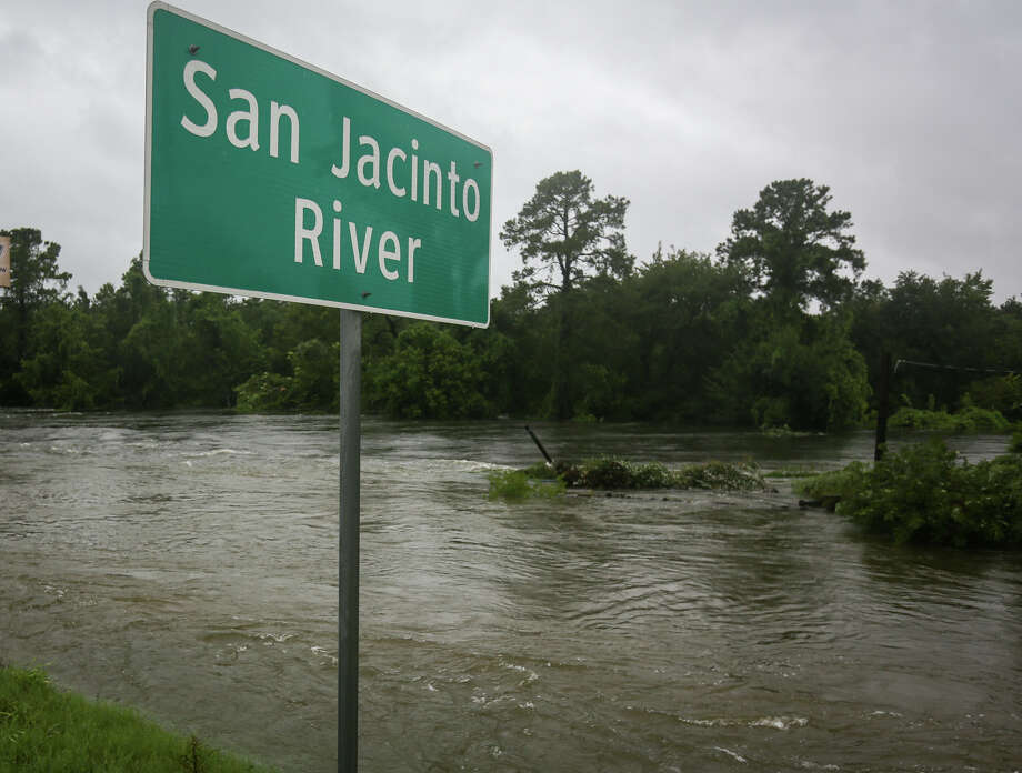 The flooded San Jacinto River courses by the bridge at TX-105 on Monday, Aug. 28, 2017. (Michael Minasi / Chronicle) Photo: Michael Minasi/Houston Chronicle