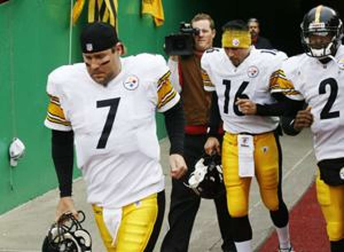 In this Nov. 22, 2009, photo, Pittsburgh Steelers quarterbacks Ben Roethlisberger (7), Charlie Batch (16) and Dennis Dixon (2) head out onto the field before an NFL football game with the Kansas City Chiefs in Kansas City, Mo. The Steelers return to the practice field Monday for the first time since their 9-7 record wasn't good enough to get them into the playoffs. Roethlisberger is expected to be among them, one week to the day since prosecutors decided not to charge him after a college student accused him of sexual assault. (AP Photo/Ed Zurga)