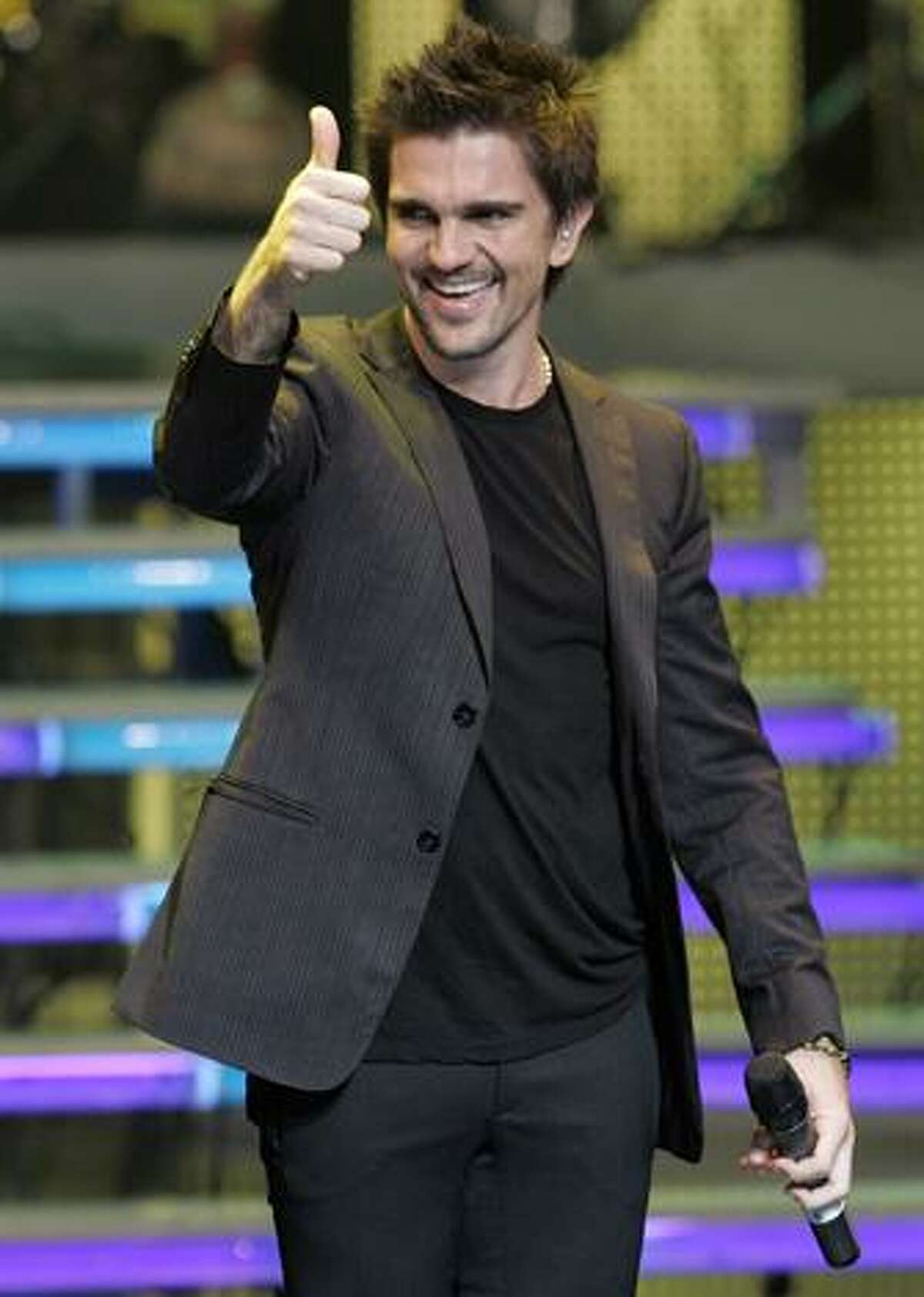 FILE - In this March 10, 2008 file photo Colombian rock star Juanes reacts after a performance during the Casandra awards in Santo Domingo. (AP Photo/Ramon Espinosa, File)