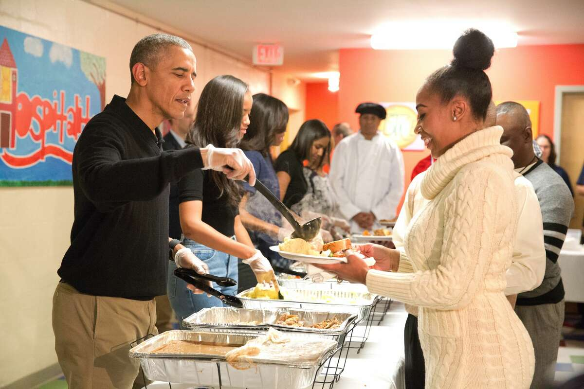 The original photo: U.S. President Barack Obama and family serve Thanksgiving meals to homeless and at-risk veterans at Friendship Place on November 25, 2015 in Washington, DC. Earlier in the day, Obama participated in the annual turkey pardon at the White House.