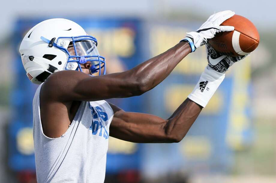 Clemens wide receiver Tommy Bush catches a pass during a morning practice session at Lehnhoff Stadium on Aug. 14, 2017. Photo: Marvin Pfeiffer /San Antonio Express-News / Express-News 2017