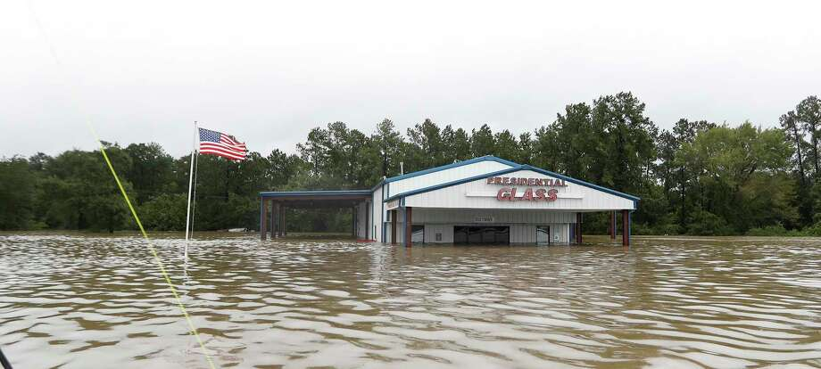 Cajun Navy's Josh Mtanyos swings through  a flooded a neighborhood at Townsen Road just north of 1960, Tues., Aug. 29. Photo: Karen Warren, Houston Chronicle / @ 2017 Houston Chronicle