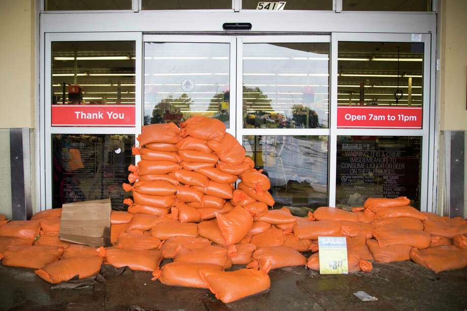 Sandbags cover the entrance of the HEB on 5417 S Braeswood Boulevard. Tuesday, Aug. 29, 2017, in Houston. ( Marie D. De Jesus / Houston Chronicle ) Photo: Marie D. De Jesus, Staff / © 2017 Houston Chronicle