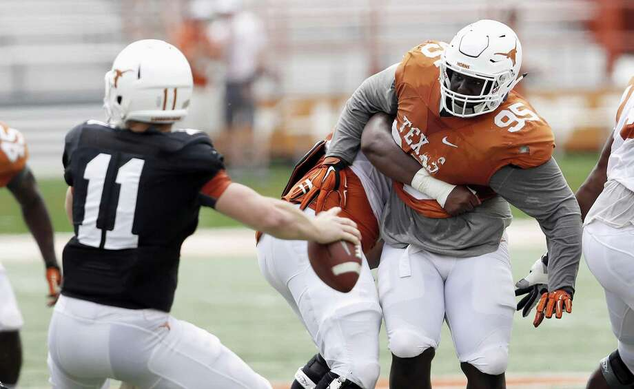 Poona Ford (right) of the Texas Longhorns pressures freshman quarterback Sam Ehlinger during spring game in Austin on April 15, 2017. Photo: Tim Warner /Getty Images / 2017 Tim Warner