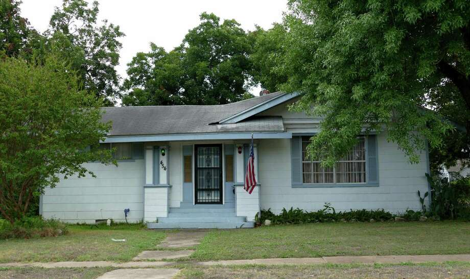 This home at 454 Kirk Place may be the one that was built in one day on this lot in 1917. Photo: Billy Calzada /San Antonio Express-News / San Antonio Express-News