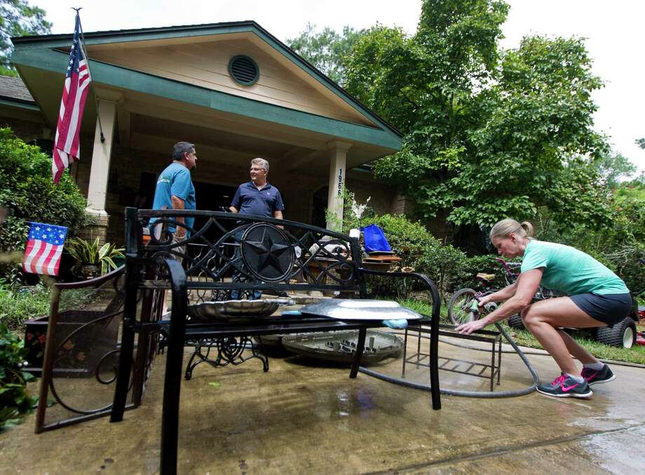 Bobbi Wimberly helps clean off items from a friend's home in McDade Estates, Wednesday, Aug. 30, 2017, in Conroe. Photo: Jason Fochtman, Staff Photographer / © 2017 Houston Chronicle