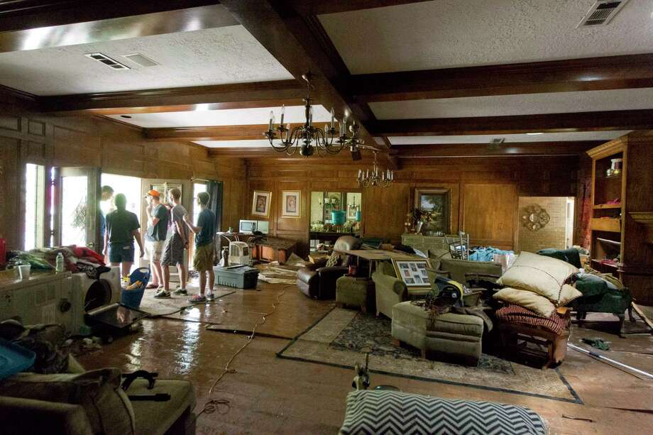 Friends and neighbors help clear Chris Roberts' McDale Estates home after floodwater damage from Tropical Storm Harvey Aug. 30 in Conroe. Photo: Jason Fochtman, Staff Photographer / © 2017 Houston Chronicle