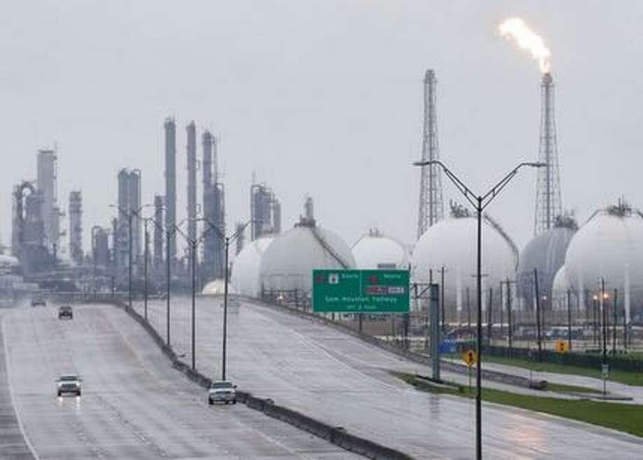 Una llamarada sale de una refinería de Shell junto con otros complejos ubicados junto a la carretera 146, el martes 29 de agosto de 2017 en Deer Park, Texas. Varias plantas estaban cerradas debido al paso de la tormenta tropical Harvey. ( Melissa Phillip/Houston Chronicle vía AP) Photo: AP