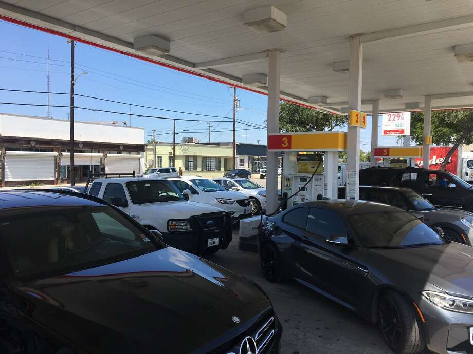 Lines are beginning to form at San Antonio gas stations on Thursday, Aug. 31, 2017, after concerns over the availability of gas in the wake of Tropical Storm Harvey. Photo: Caleb Downs / San Antonio Express-News